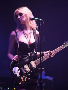Taylor Momsen wearing Rosary